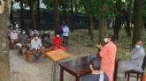 গাছতলায় ক্লাস নিলেন রাবির তিন শিক্ষক